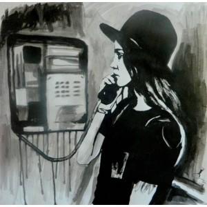 Девушка у телефонной будки