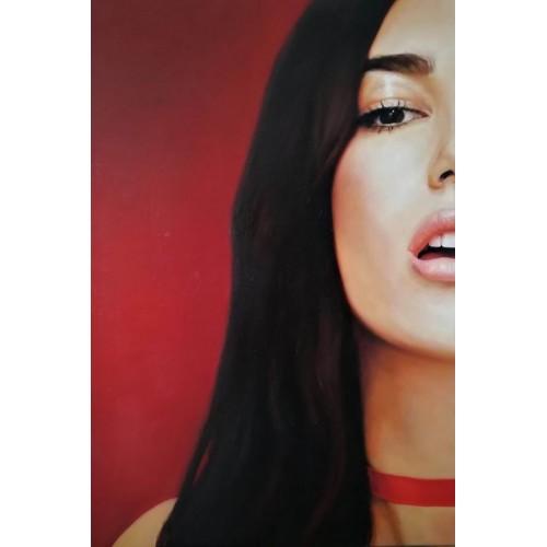 Дівчина на червоному тлі