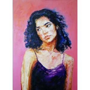 Портрет дівчини на рожевому фоні
