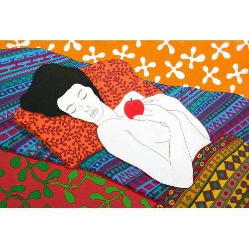 Спящая с ярким красным яблоком