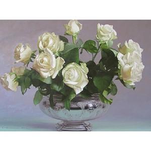 Розы в серебряной вазе