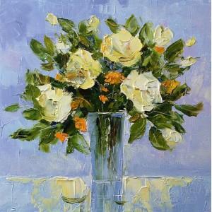 Белые розы на голубом фоне