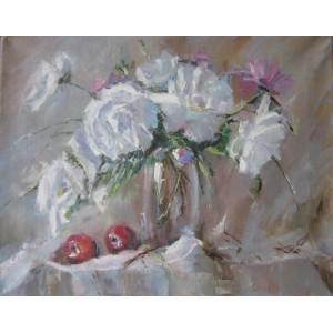 Белые пионы с красными яблоками