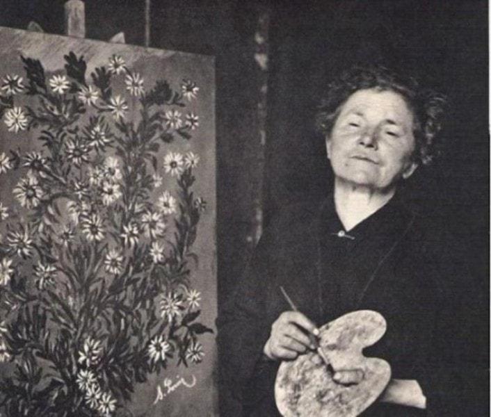Серафина Луи возле своей картины, фото