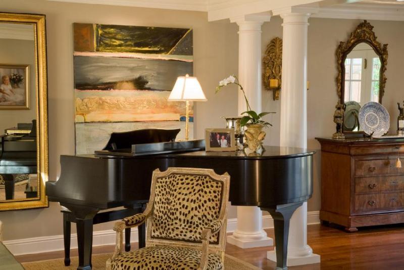 Большая абстракция в гостиной с роялем