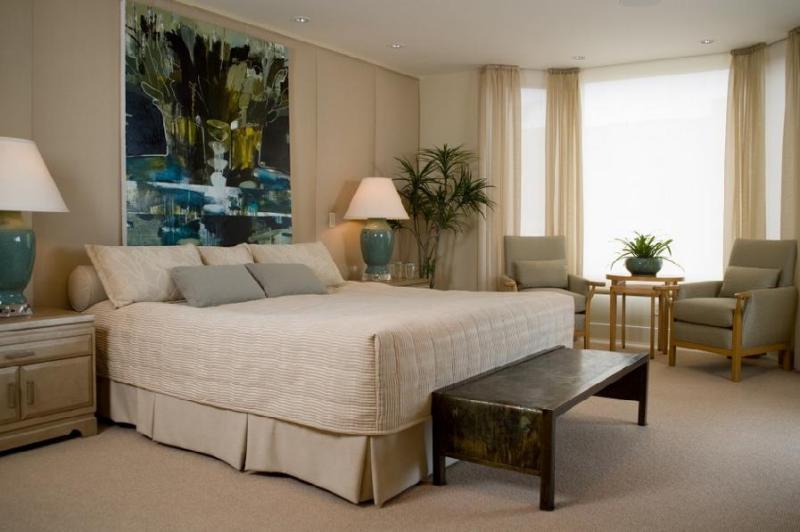 Большая абстракция над кроватью