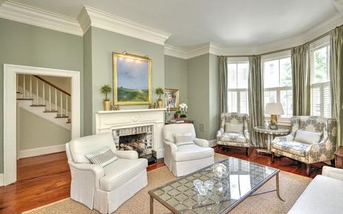 Картина с пейзажем в гостиной