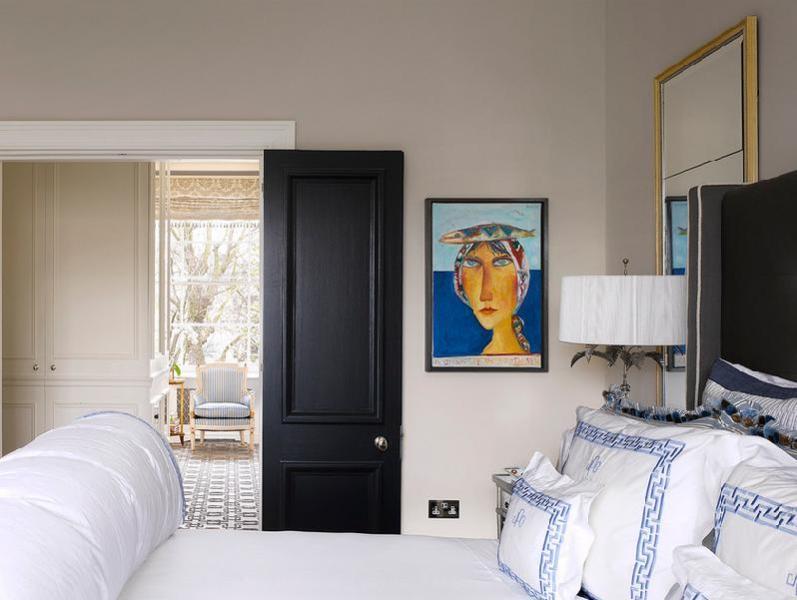 Яркая картина в спальне
