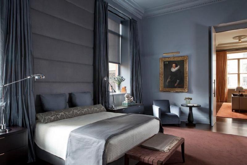 Портрет в классической раме в спальне