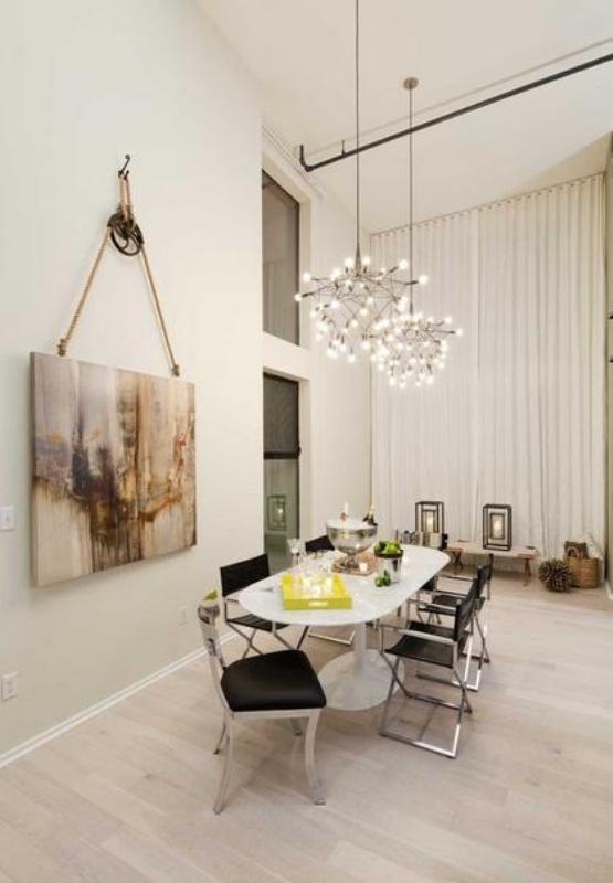 Светлая гостиная с абстрактной картиной