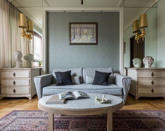 Картина импрессиониста над диваном в гостиной