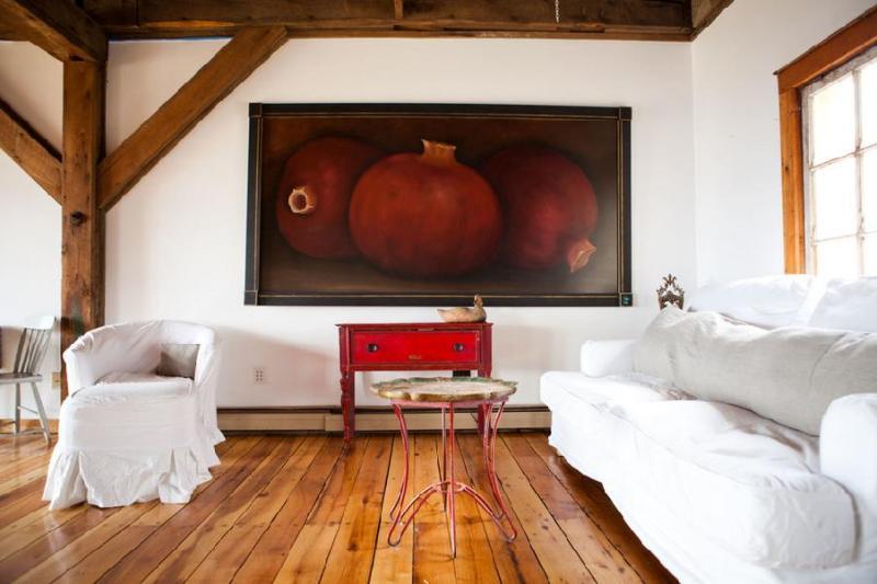 Белая гостиная с красной картиной