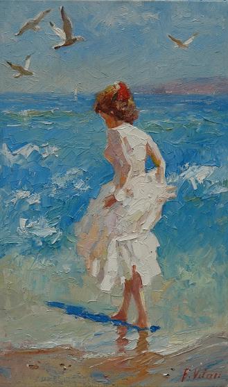 В белом платье возле моря