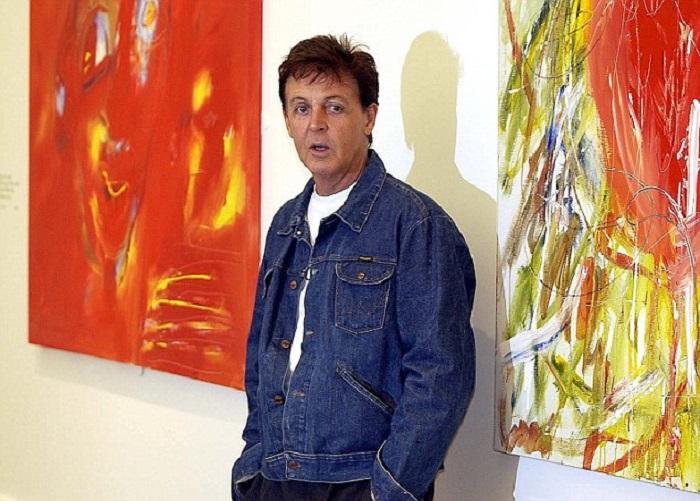 Поль Маккартни рядом со своими картинами